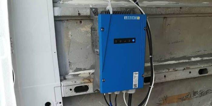 Tu smo takođe ugradili i automatiku za kontrolu zalivanja sa 4 sekcije kao i off grid solarni sistem napajanja elektromagnetnih ventila i ostale opreme.